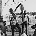 COLLECTIE TROPENMUSEUM Een Wagenia visser toont zijn vangst op de oever van de Congorivier TMnr 20014682.jpg