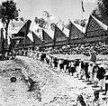COLLECTIE TROPENMUSEUM In een stoet komen gasten uit de omliggende kampongs een laatste groet brengen aan de doden in Rantépao Toraja Celebes TMnr 10003192.jpg