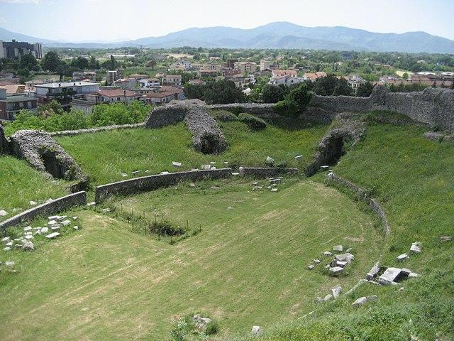 https://upload.wikimedia.org/wikipedia/commons/thumb/2/24/Casinum_Amphitheatre.jpg/640px-Casinum_Amphitheatre.jpg