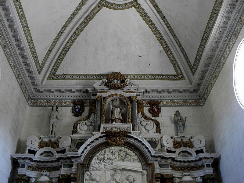 Maître-autel de l'église Saint-Pierre de Chalons-du-Maine (53) et son retable. Couronnement.