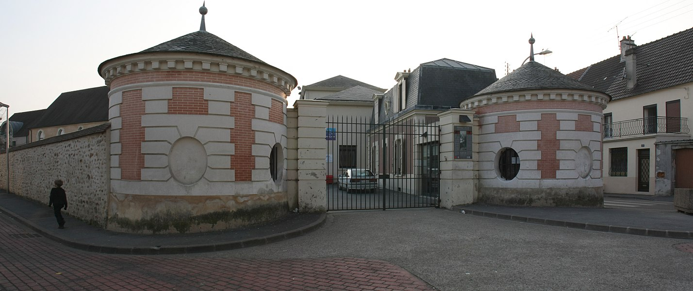 L'entrée (classée MH) du Collège Jean Racine à Château-Thierry, Aisne.