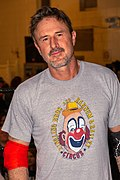 Un homme portant un t-shirt avec un clown.