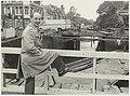 De heer de Jong van Openbare Werken op de noodbrug t.b.v. de bouw van de (nieuwe) Kleine Houtbrug, ziende naar het westen. NL-HlmNHA 54025803.JPG
