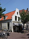 foto van Hoekpand Cellebroerstraat met eenvoudige, gepleisterde tuitgevel