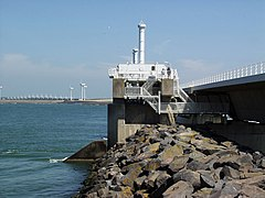 Deltawerke-Oosterschelde-Sturmflutwehr Pfeiler Nordseeseite.jpg