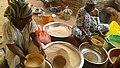 Des femmes qui font le tamissage du riz.jpg