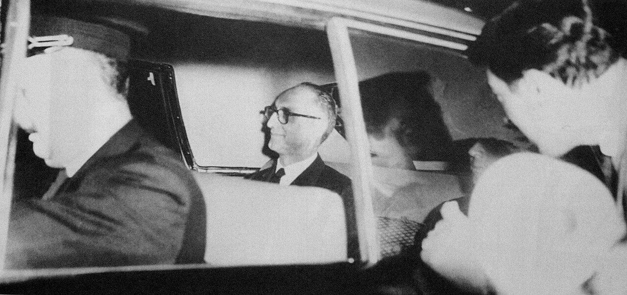 1280px-Detenci%C3%B3n_del_presidente_argentino_Arturo_Frondizi_tras_el_golpe_de_Estado_de_1962.jpg