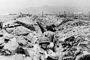 Französische Infanteristen in ihren Gräben bei Điện Biên Phủ