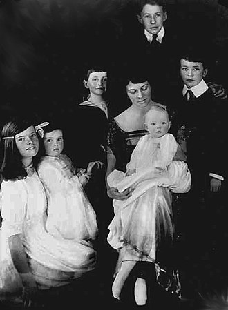 Katharine Hepburn - Hepburn (left) with her mother and siblings, 1921