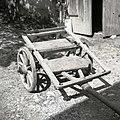 """Druga varianta """"premce"""", tipičnega dvokolesnega vozička za prevoz futra za prašiče (v ruhi), pri Ferjanščevih, Lozice 1958.jpg"""