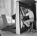 Een medewerker bezig met het reproduceren van een kaart, Bestanddeelnr 254-5200.jpg