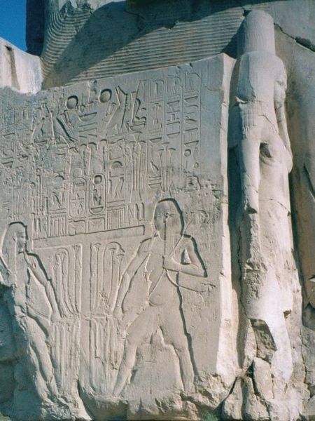 Легенды о колоссах распространились по всему миру, и к ним потянулись путешественники, чтобы восхититься изваяниями