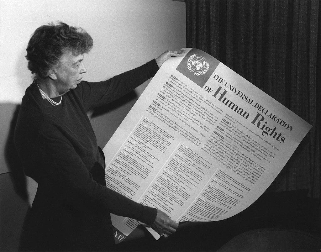 Fosta Primă Doamnă a Statelor Unite, Eleanor Roosevelt, ținând în mână versiunea în limba engleză a Declarației (noiembrie 1949)