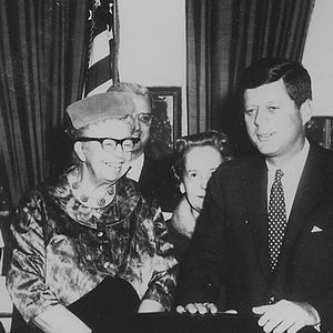 Presidential Commission on the Status of Women - Image: Eleanor Roosevelt and John F. Kennedy (President's Commission on the Status of Women) NARA cropped