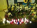 Estació de Sant Gervasi amb flors, espelmes i missatges per la mort d'en Alfonso Bayard P1470956.jpg
