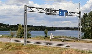 Highway M04 (Ukraine) - Image: Fernstraße M04 und angestaute Schowta bei Schowte (Rajon Pjatychatky)