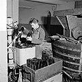 Flessen spoelen bij wijnhandel Richard Scheid, Bestanddeelnr 254-4232.jpg