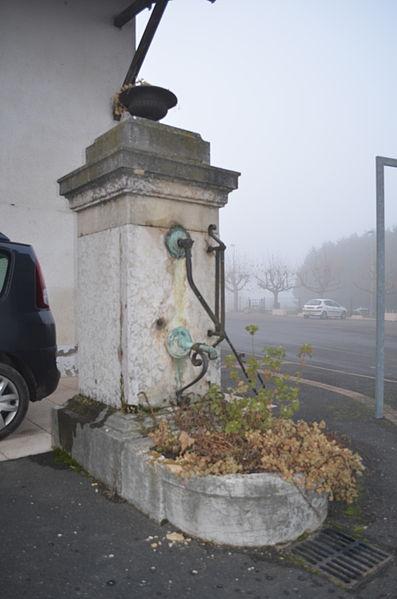Fontaine décorative à Birieux.