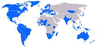 藍色的國家代表擁有民主選舉。出自2006年的世界自由度調查報告