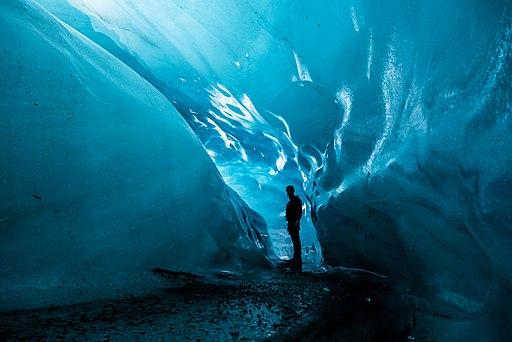 Cueva de hielo en un glaciar