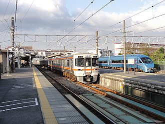 Gotemba Station - View of the platforms in April 2012