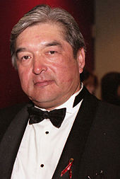 A colour photo of Graham Greene at the Gemini Awards wearing a black and white tuxedo.