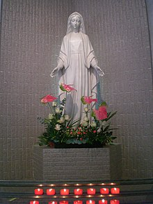 HK Tsuen Wan 柴灣角 Chai Wan Kok 安賢街 On Yin Street church sculpture Virgin Mary statue in white with red candles.JPG