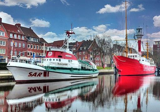 Hafen von Emden, mit Seenotretter Georg Breusing und Feuerschiff Deutsche Bucht - panoramio