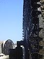 Hama, Norias (hölzerne Schöpfräder) schaufeln quietschend das Wasser aus dem Orontes in die Aquädukte (37818963965).jpg