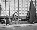 Het beeld genaamd Stokanker wordt voor het Havengebouw aan de De Ruyterkade in A, Bestanddeelnr 913-9618.jpg