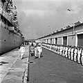 Het koninklijk paar loopt op de kade van de haven van Willemstad langs de erewac, Bestanddeelnr 252-3560.jpg