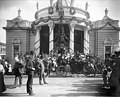 Horse-drawn carriage and visitors outside the Missouri State Building, Lewis and Clark Exposition, Portland, Oregon, 1905 (AL+CA 2005).jpg
