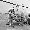 Huwelijksreis per helicopter. Het paar voor de helicopter, Bestanddeelnr 912-5441.jpg