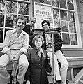 Jos Brink, Sieto Hoving, Frank Sanders en Marijke Hoving plakken affiches bij …, Bestanddeelnr 929-3049.jpg