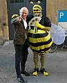 Jurist, Mäzen und Kunstsammler Ulrich Seibert und Künstler, Bienenaktivist, Kryptologe, Bonsai-Baum-Meister und ebenfalls Mäzen und Sammler Vincent van Volker (als Biene verkleidet um gegen das Bienensterben zu protestieren).jpg