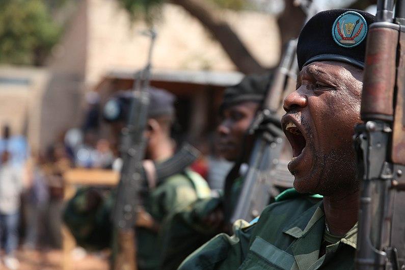 Kalemie, province du Katanga, RD Congo - un membre des FARDC lors de la parade militaire conjointe avec le bataillon Béninois. (20555208762).jpg