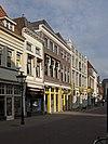 foto van Pand met geverfde lijstgevel en natuurstenen vensterdorpels