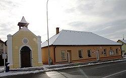 Kaple sv. Václava a obecní úřad, Vráto.jpg