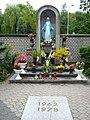 Kapliczka Matki Boskiej przy kościele Opatrzności Bożej na Rakowcu.JPG