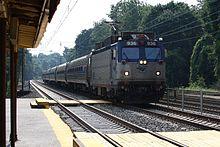 Anni ottanta: una EMD AEM-7 traina un convoglio composto da carrozze del tipo Metroliner
