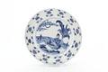 Kinesiskt porslinsfat med blå underglayrmålning av kvinna sittande under palm - Skoklosters slott - 93542.tif