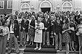 Koningin Juliana, met mascotte, is omringd door spelers en hun echtgenotes, Bestanddeelnr 927-3154.jpg