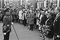 Koningin Juliana aanschouwt de parade in Zwolle, Bestanddeelnr 923-4374.jpg