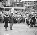 Koningin Juliana en prins Bernhard hebben een krans gelegd bij het Nationaal Mon, Bestanddeelnr 917-7267.jpg
