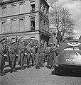 Koningin Wilhelmina is uit een auto gestapt en inspecteert een erewacht, Bestanddeelnr 935-3510.jpg