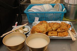 Drinking culture of Korea - makgeolli and bindaetteok