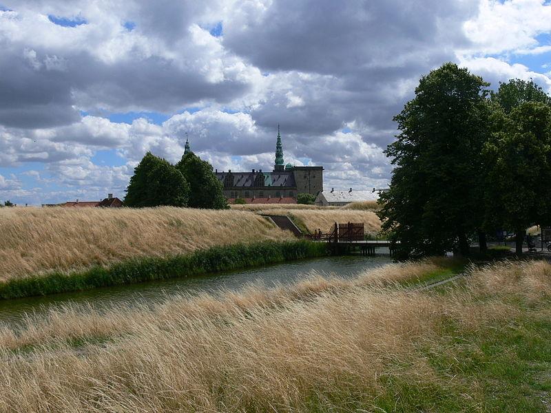 File:Kronborg - Burg mit Wassergraben 1.jpg