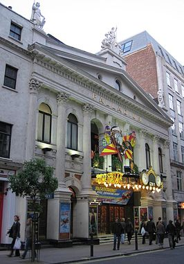 Het London Palladium in 2004,met Chitty Chitty Bang Bang posters