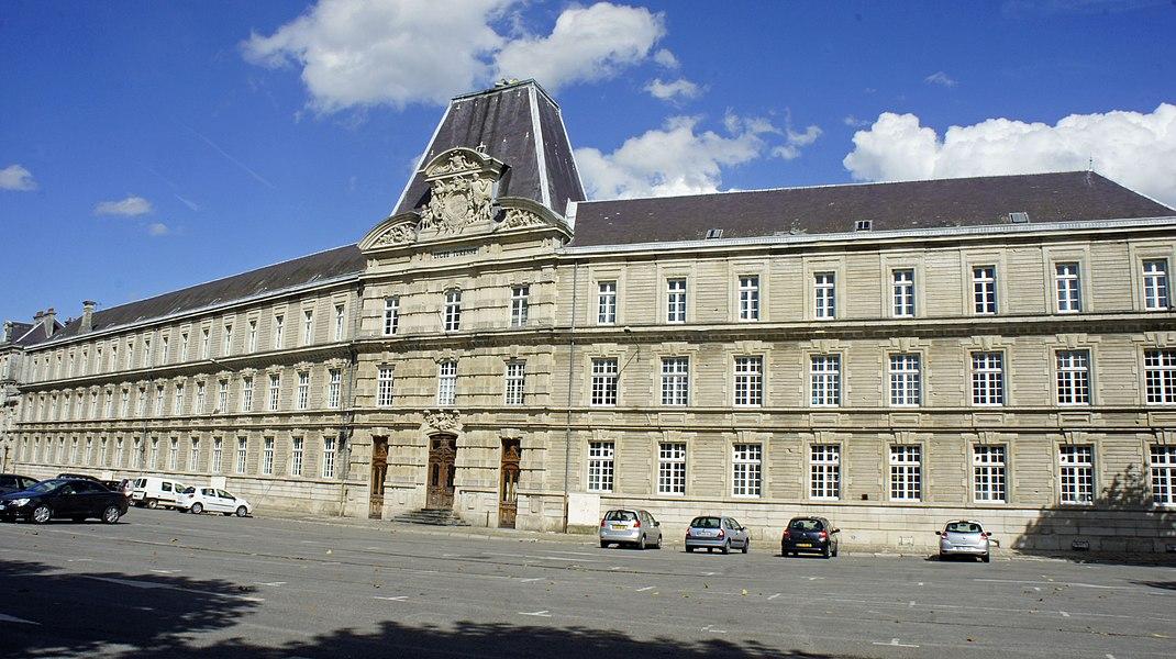 Vue du Lycée_Turenne sur la place Alsace-Lorraine de Sedan.