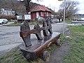 Máslovice-Dol, lavička s rybami a převoznický domek.jpg